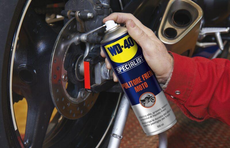 spray per pulire i freni della moto