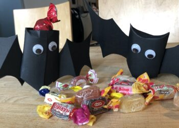pipistrelli in cartoncino per Halloween
