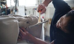 artigiano ripara il divano
