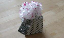 scatolina di cartone e fiore in carta velina
