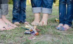 bambini, colori e pennelli