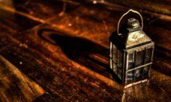 lampada su tavolo in legno antico
