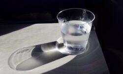 bicchiere d'acqua minerale