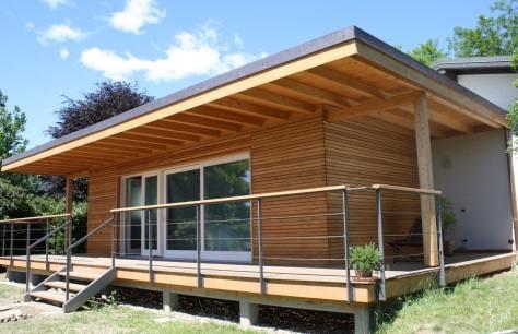 La casa parassita in legno guadagna spazio e crea un for Piani di casa con la stanza del cane