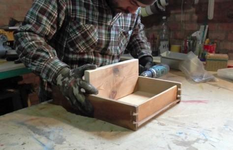 Riciclo creativo di un vecchio cassetto con rio verde for Mensola con cassetto