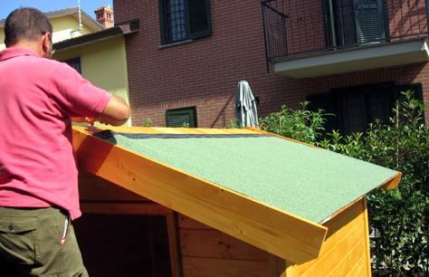 Guida al montaggio di una casetta in legno per il giardino for Tegole del tetto della casetta