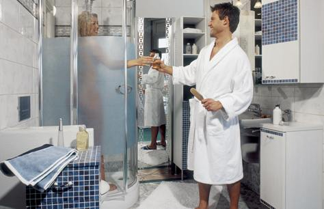 Nuova vita alle finestre con le pellicole trasparenti for Adesivi per box doccia