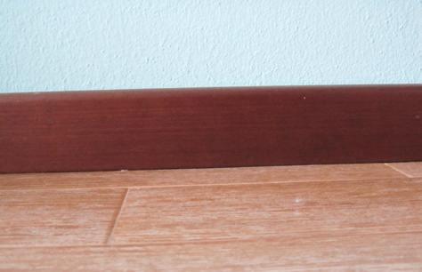 Come applicare uno zoccolino o battiscopa in legno con for Pavimento esterno brico casa